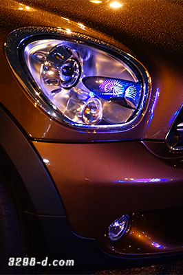 MINIクロスオーバーのヘッドライトに映り込んだ観覧車