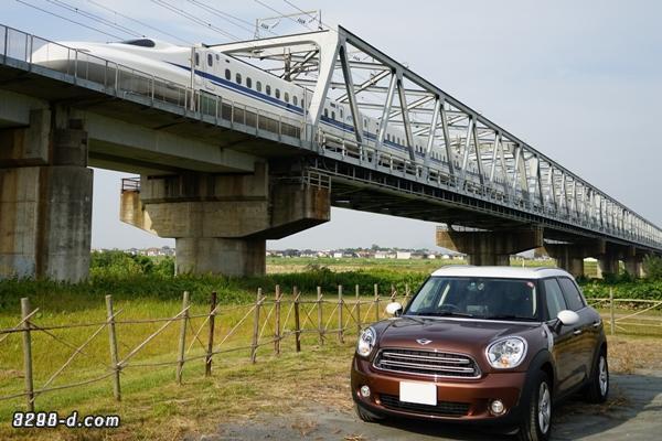 MINIクロスオーバーと走行中の新幹線との共演