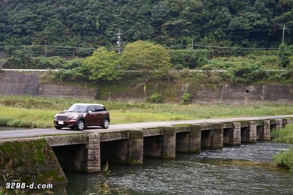 MINIクロスオーバー 一本橋を走行中