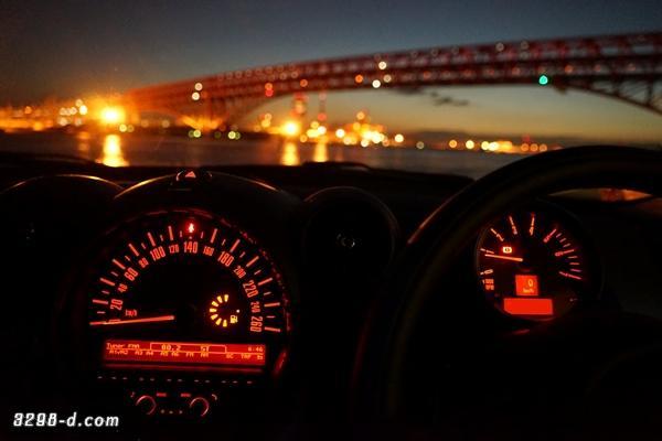 MINIクロスオーバー・大型センターメーターと夜景が始まる港