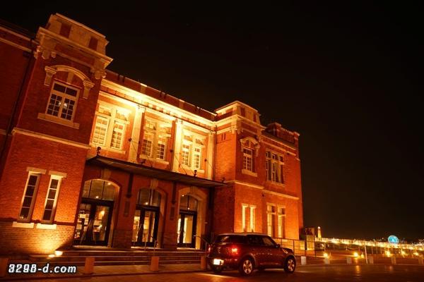 ライトアップされた赤煉瓦建築物を鑑賞するMINIクロスオーバー