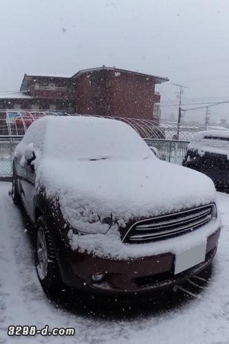 MINIクロスオーバーに積もった初雪、うっすら雪化粧。ホワイトルーフに白い雪。ボンネットもホワイト化