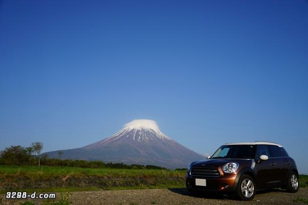 MINIクロスオーバーのホワイトルーフと富士山にかかるホワイトルーフ(白い雲)