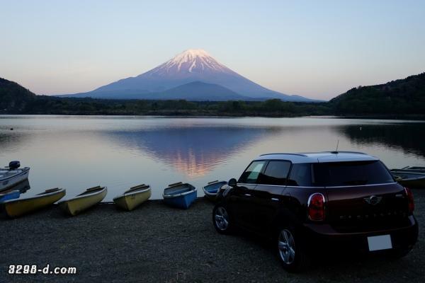 湖に映る逆さ富士とそれを眺めるMINIクロスオーバー